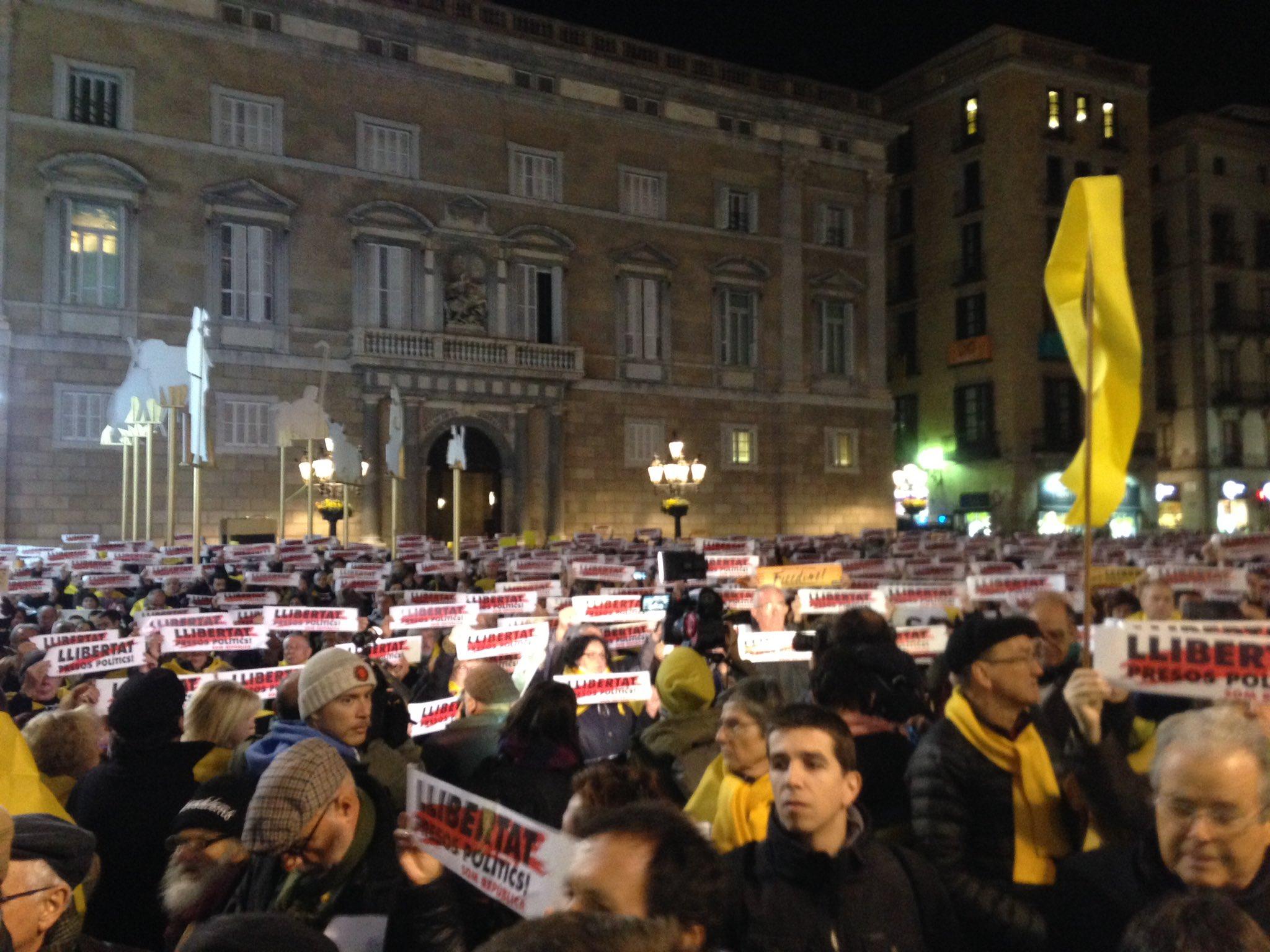 Demonstration demanding rlease of remaining four Catalan political prisoners begins, St James Square, central Barcelona
