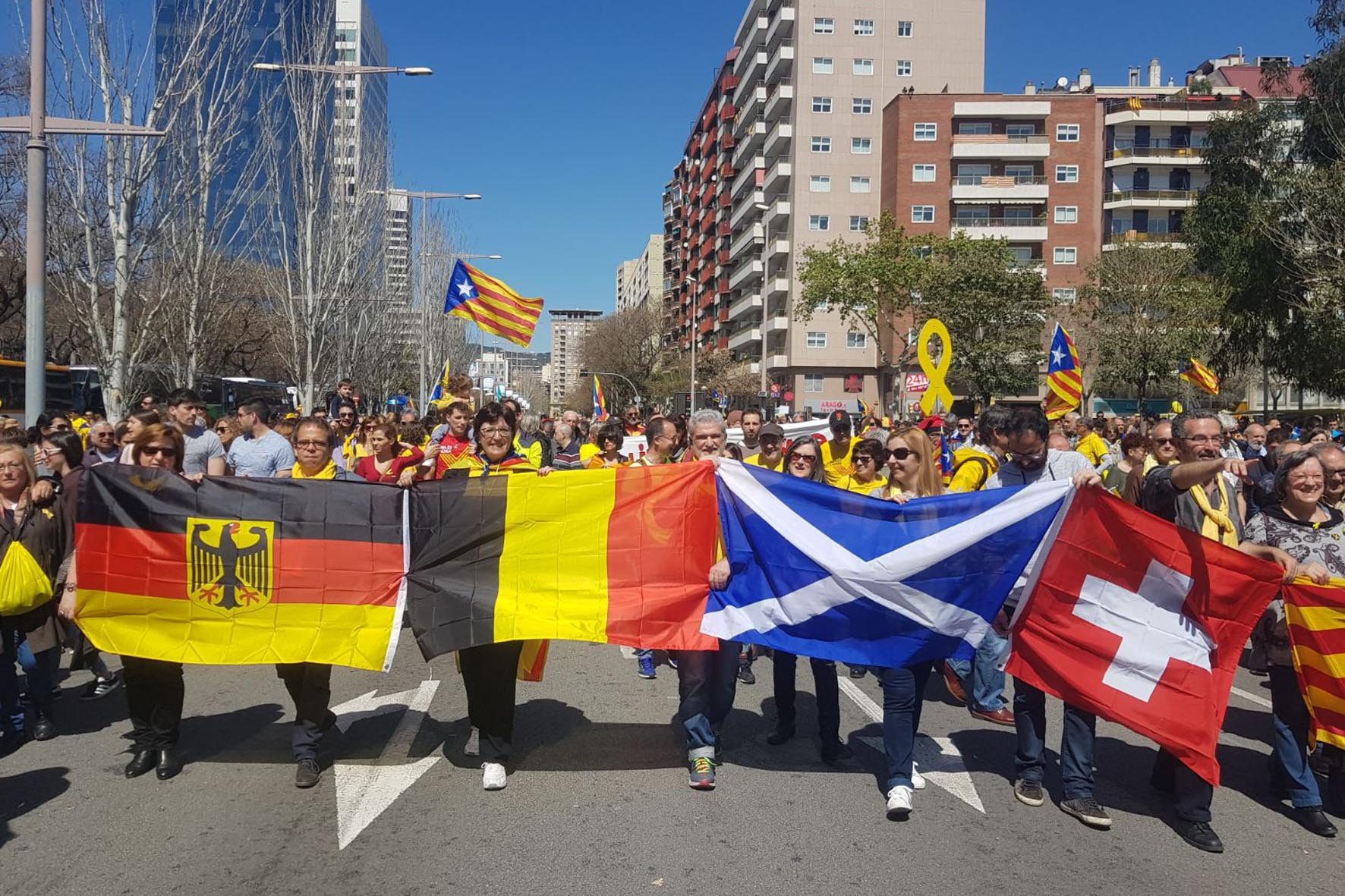 April 15 Barcelona demo: buses arriving: flags of countries where Catalan exiles are not in jail