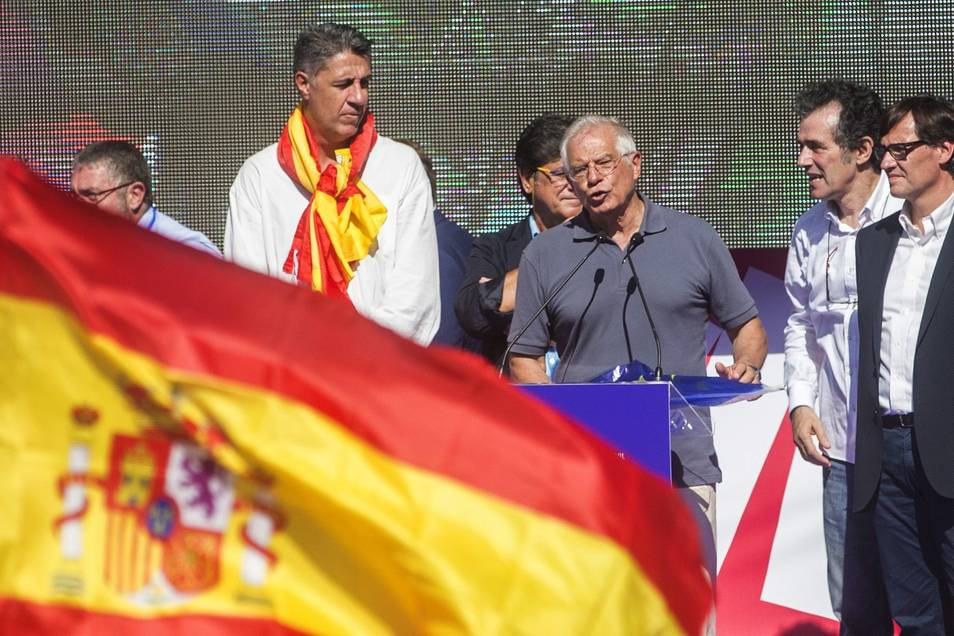 Spain's new foreign minister, Josep Borrell, adressing October 8 unionist rally in Barcelona, alongside Catalan PP leader Xavier García Albiol