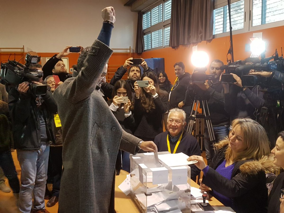 Carles Riera (CUP) voting in Poblenou