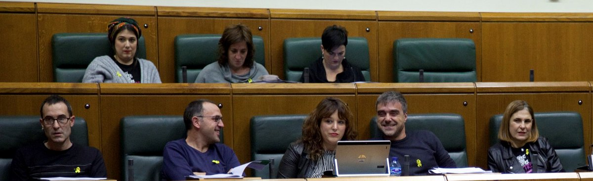 EH Bildu MPs in Basque parliament wear yellow ribbon in solidarity with Catalonia