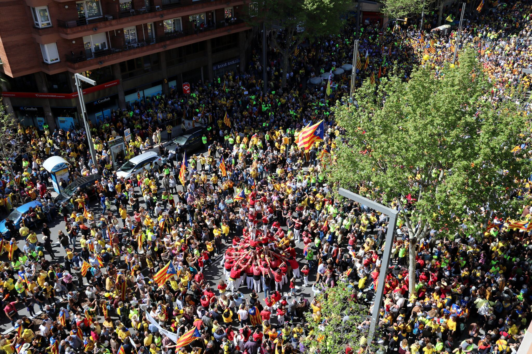 April 15 Barcelona demo: raising human castles as the demonstration forms