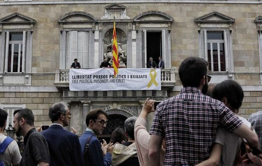 Banner demanding release and return of Catalan political prisoners, central government building, Barcelona