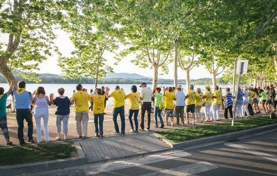 The Sardana (traditional Catalan dance) for Freedom surrounds lake Banyoles, involving 12,000.