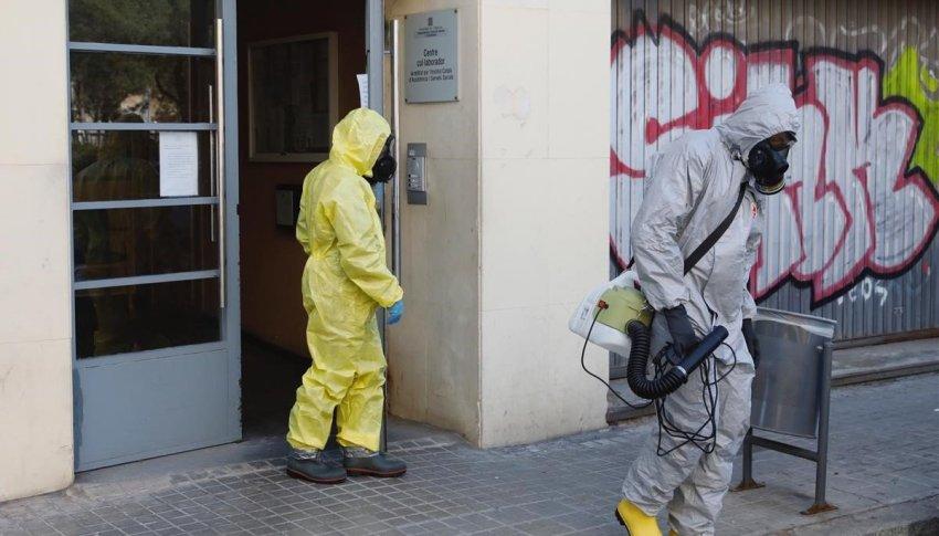 Disinfecting a Barcelona nursing home (Credit: El Periodico)