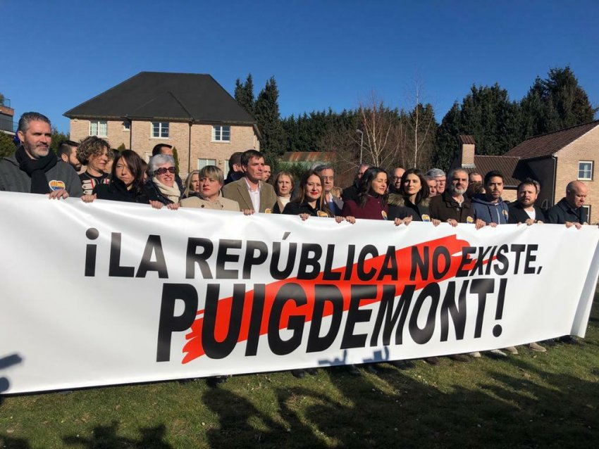 Today's Citizens stunt outside the House of the Republic (Waterloo, Belgium)