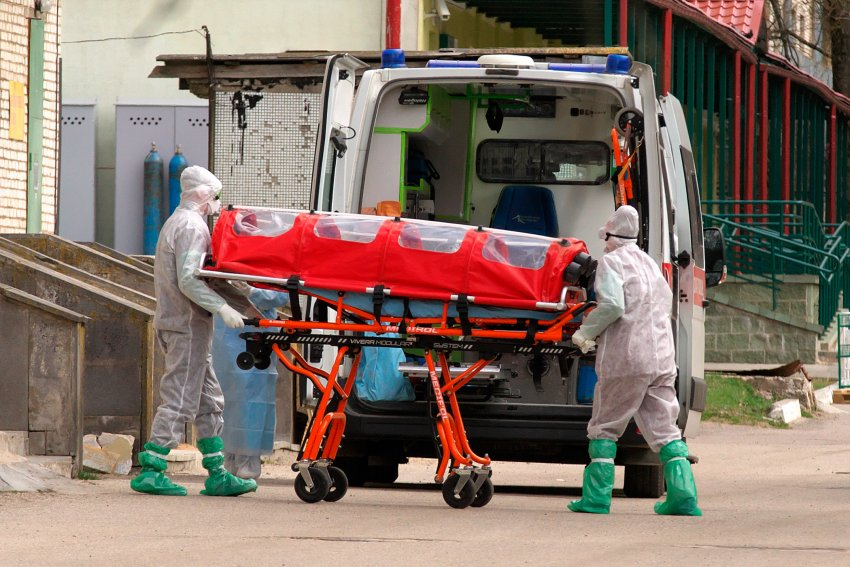 COVID-19 patient being transported to ambulance in Vitebsk, Belarus (Credit: Serge Serebro, Vitebsk Popular News)
