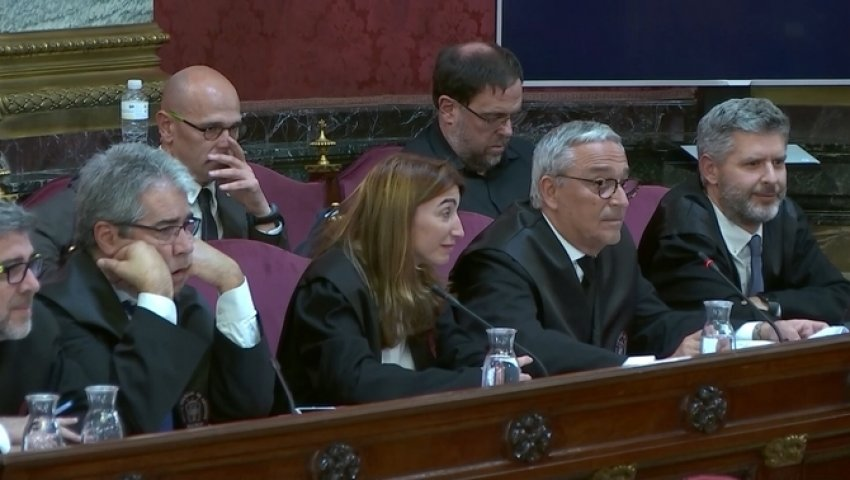 Defence counsel reacting with amusement as expert witness and philologist Gemma Rigau explains the errors in Civil Guard translation of Catalan into Spanish