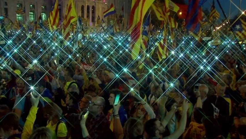 Tens of thousands of mobile phone lights swayed to the rhythm of L'Estaca [The Stake], the Catalan movement's anthem of struggle at the end of the demonstration