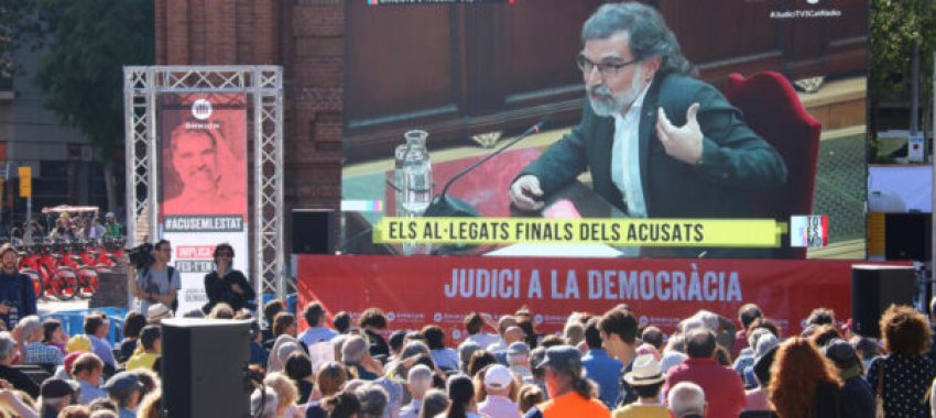 Jordi Cuixart makes final statment, televised live and watched by hundreds outside the headquarters of Òmnium Cultural in Barcelona