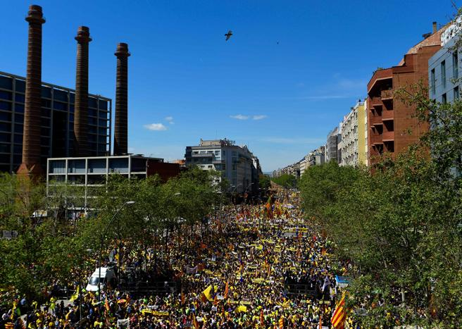 April 15 Barcelona demo: looking back up Parallel Avenue from the Park of the Three Chimneys towards Plaça d'Espanya